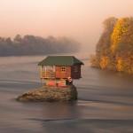 Дом посреди реки